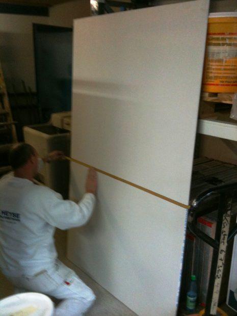 Karl beim Herstellen einer Musterplatte für unseren Kunden