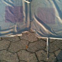 Fahnen vom Wind zerrissen und von Abgasen verschmutzt