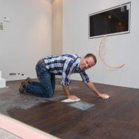 Der Kapitän schrubbt das Deck - Lifestylestore & Trendpool wird fotografiert