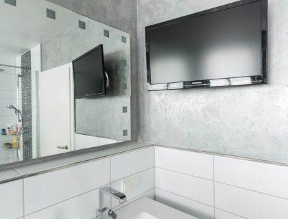 Wandgestaltung mit natürlichem Marmorputz im Bad - Volimea