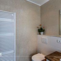 Mineralische Wände im Bad sind wunderschön