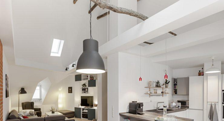 Was für ein Anblick - Küche, Wohnen, Galerie im Altbau nach der Sanierung