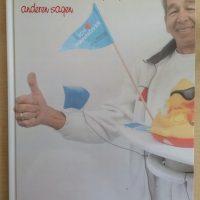 Zum Abschied schenkt das Malerteam Heyse ein Buch mit allen Kollegen des Team´s HEYSE