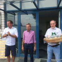 Mit einer Dankesrede an Ralf Prager werden Geschenke überreicht