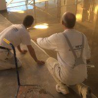 Fußbodennivelliermasse wird aufgetragen