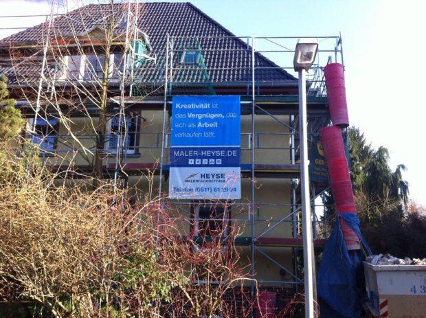 Altbaufassade mit Malerwerbung - Kunden lieben das