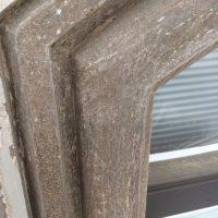 Freigelegte Fensterbänder - Alte Anstriche entfernt