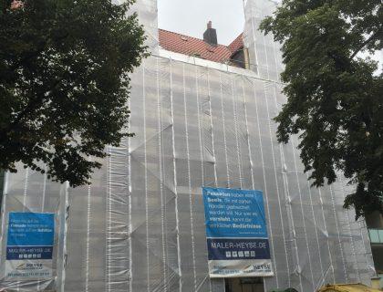 Mit Wetterschutzplane eingehauste Fassade - Stilfassade sanieren