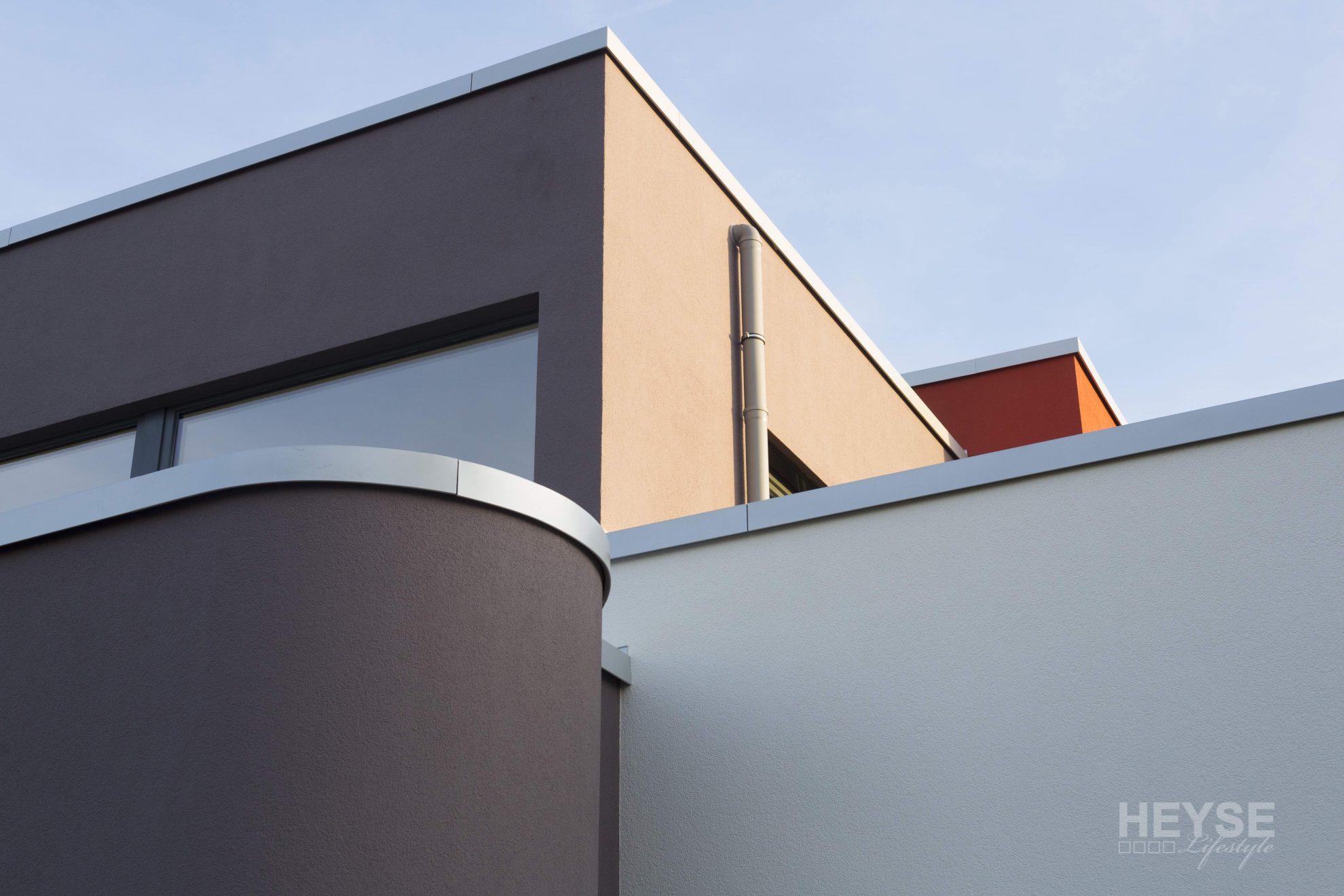 wohnhaus im bauhausstil anspruchsvolle w rmed mmung der fassade. Black Bedroom Furniture Sets. Home Design Ideas
