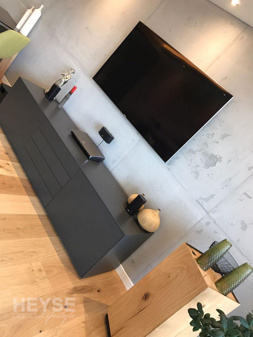 Flatscreen Fernsehwand Betonoptik