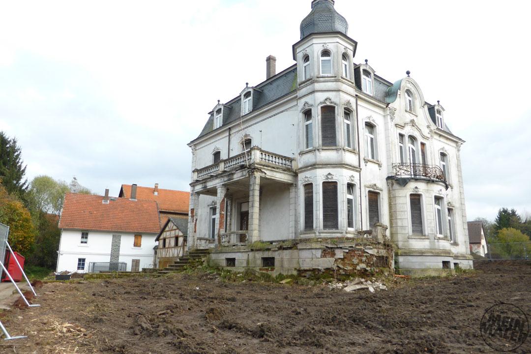 Freigelegte Fassade nach Rodungsarbeiten: VillaRaab in Alsfeld