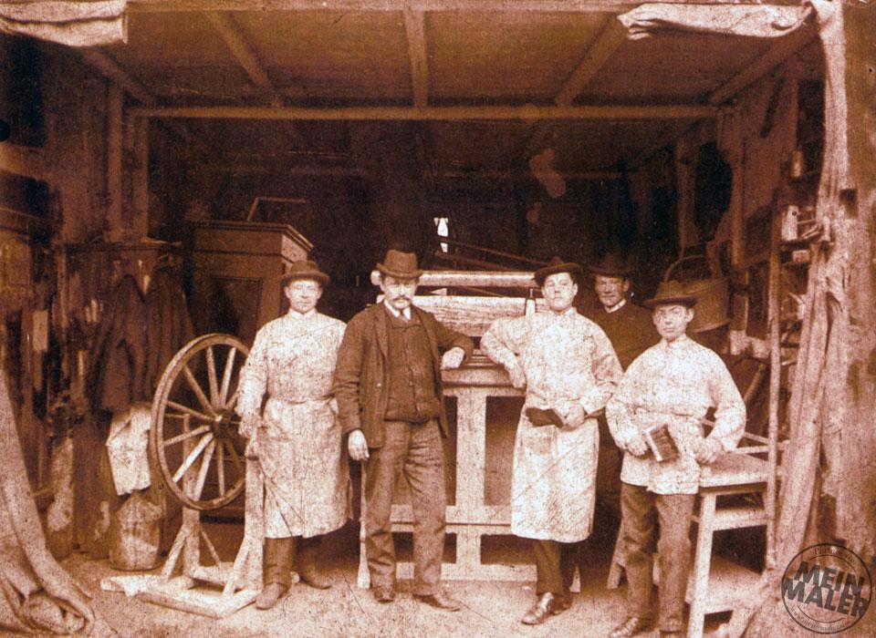 Erstes Teamfoto des Traditionsmalerbetriebs Sachs in der Löbersgasse, 1890er Jahre