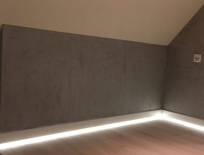 Dachboden ausgebaut und die neu entstandenen Wände in Betonoptik gespachtelt