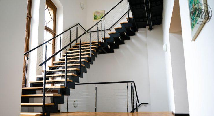 Treppenhaus: Geländer mit Hammerschlaglack beschichtet