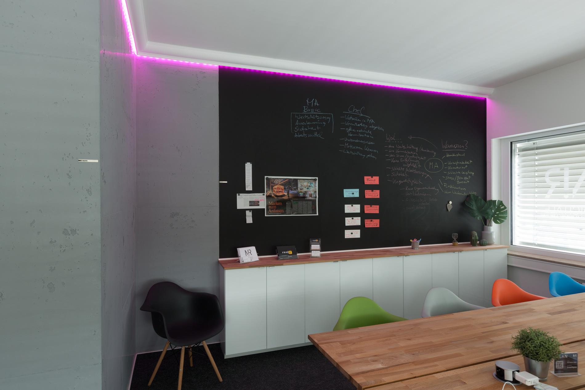 gestaltung eine b ros magnetwand tafellack betonlook led licht und stuckdecor. Black Bedroom Furniture Sets. Home Design Ideas