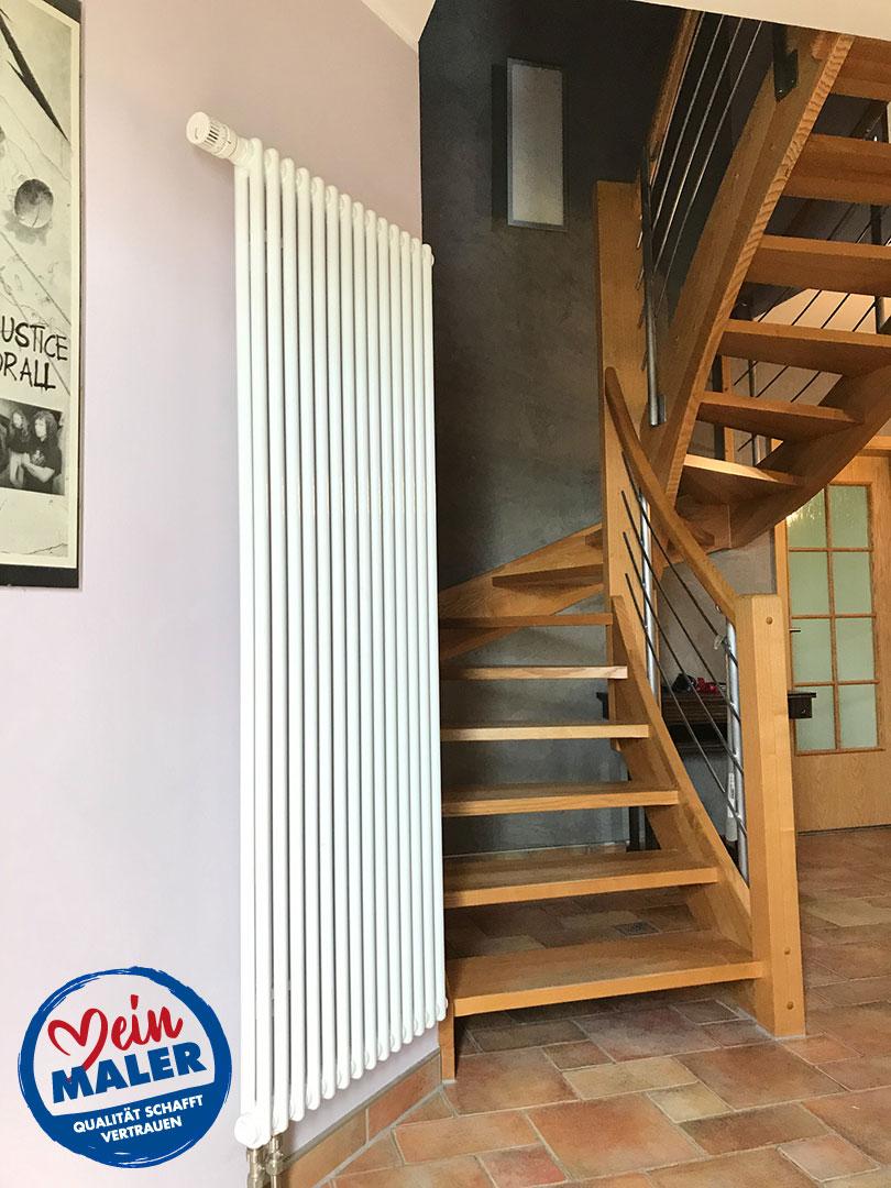 Flur Eingangsbereich Farbgestaltung Grau Flieder Treppe Steinfliesen Holztreppe Wandgestaltung Mein Maler Meinmaler Partner Netzwerk